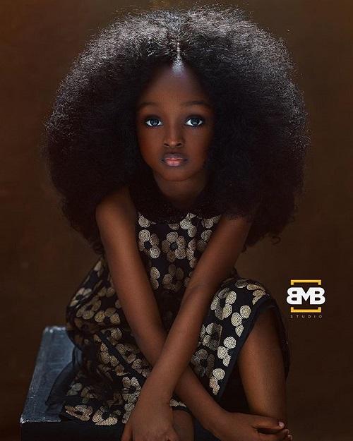 طفلة نيجيرية تشبه الدمية