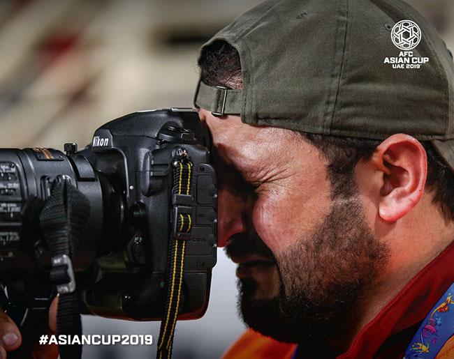 مصور عراقي يبكي