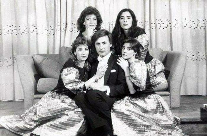 عزت أبو عوف مع شقيقاته الأربعة